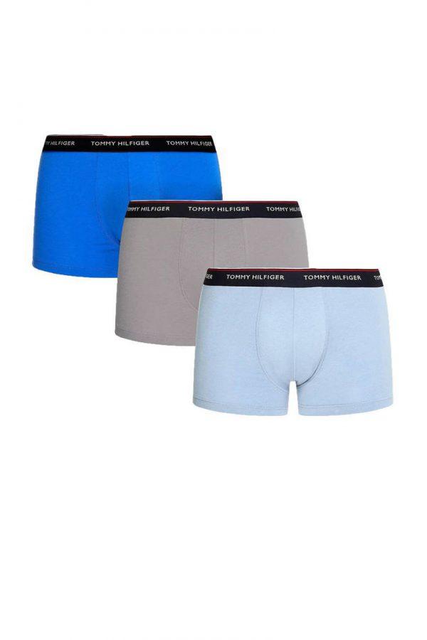Tommy Hilfiger 3 pack Trunk 0T1 bevat 3 zachte katoenen shorts bestaande uit 95% katoen en 5% elastaan. De taille band is voorzien van het Tommy Hifiger logo en voelt glad en zacht aan. Alle shorts in deze 3-pack zitten 2 shorts in blauw-tinten en 1 muisgrijze short Nu bij Sven & Sophie online en in de winkels!